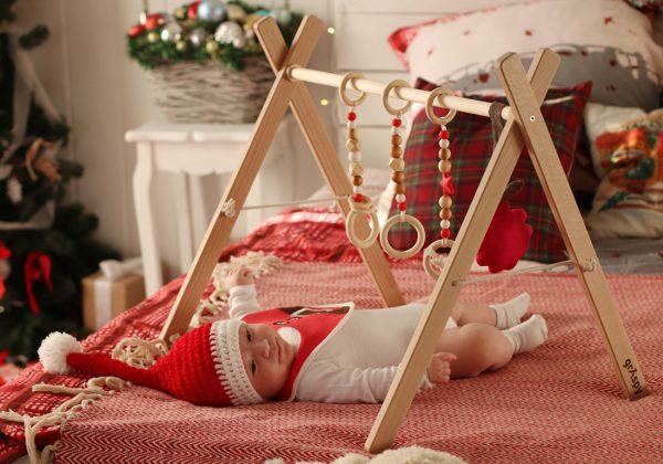 Малыш играет с граспи в новогодней шапочке