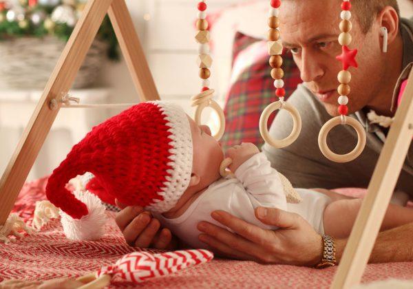 Папа с малышом играют с граспи