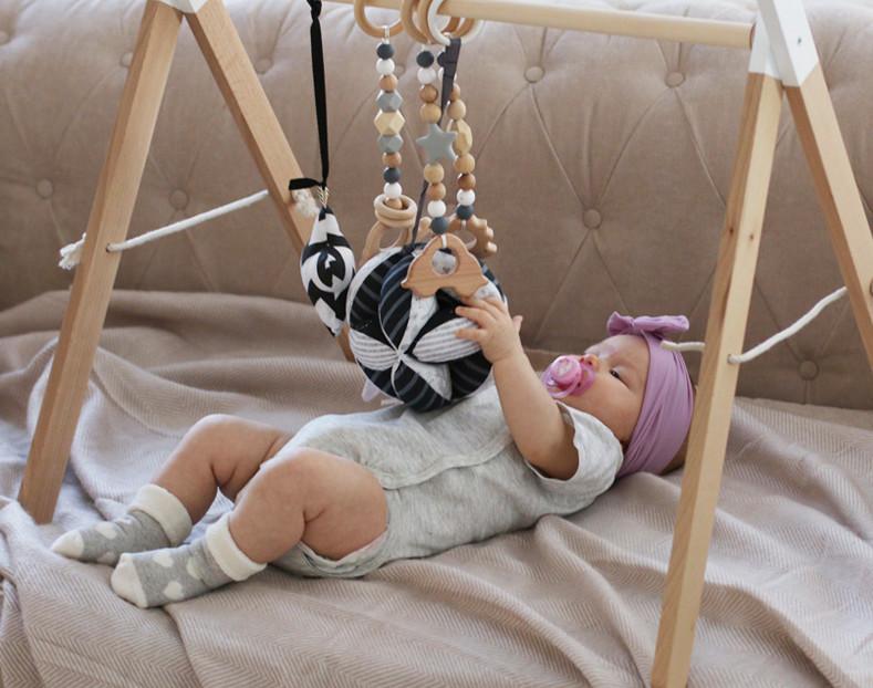 Ребенок играет с такане и граспи