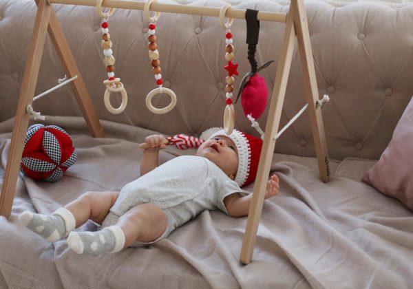 Малыш играет с граспи