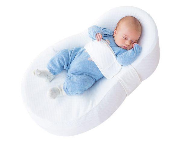 Ребенок спит в коконе